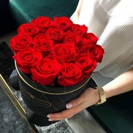Rote Ewige Rosen in schwarzer Industrial Rosenbox