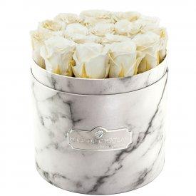 Weiße Ewige Rosen in weißer marmorierter Rundbox