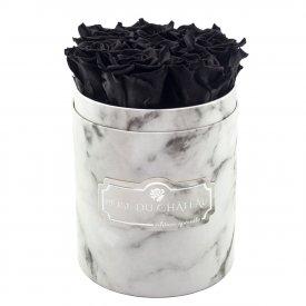 Černé věčné růže v malém bílém mramorovém flowerboxu