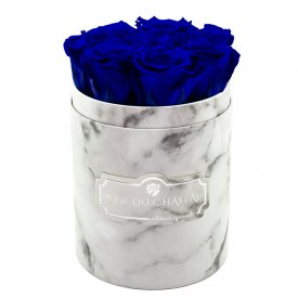 Tmavě modré věčné růže v malém bílém mramorovém flowerboxu