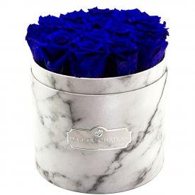 Tmavě modré věčné růže v bílém mramorovém flowerboxu