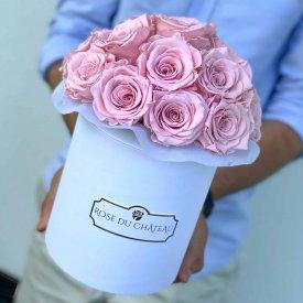 Světle růžové věčné růže bouquet v bílém flowerboxu