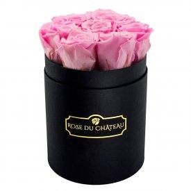 Světle růžové věčné růže v malém černém flowerboxu