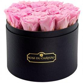 Světle růžové věčné růže ve velkém černém flowerboxu