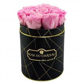 Světle růžové věčné růže v malém černém industrial flowerboxu