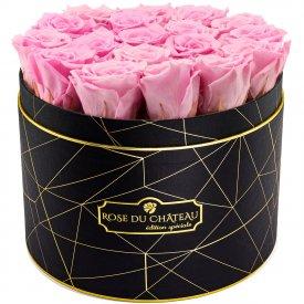 Světle růžové věčné růže ve velkém černém industrial flowerboxu