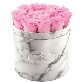 Světle růžové věčné růže v bílém mramorovém flowerboxu