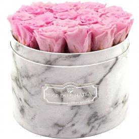Světle růžové věčné růže ve velkém bílém mramorovém flowerboxu