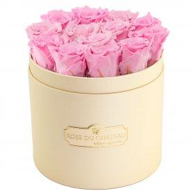 Světle růžové věčné růže v broskvovém flowerboxu