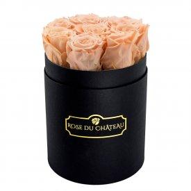 Čajové věčné růže v malém černém flowerboxu