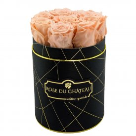 Čajové věčné růže v malém černém industrial flowerboxu
