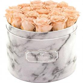Čajové věčné růže ve velkém bílém mramorovém flowerboxu