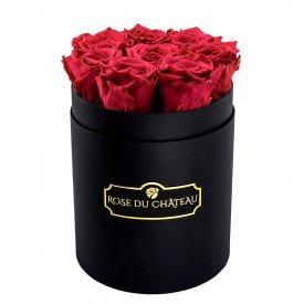Růžové věčné růže v malém černém flowerboxu