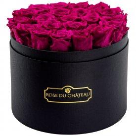 Růžové věčné růže ve velkém černém flowerboxu