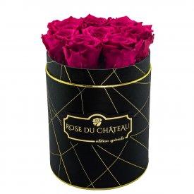 Růžové věčné růže v malém černém industrial flowerboxu