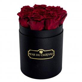 Červené věčné růže v malém černém flowerboxu