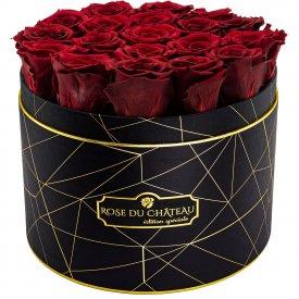 Červené věčné růže ve velkém černém industrial flowerboxu