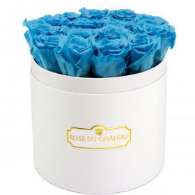 Modré věčné růže v bílém kulatém flowerboxu