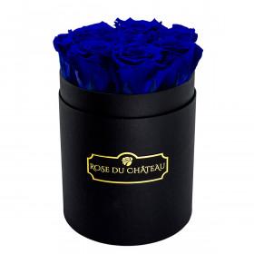 Tmavě modré věčné růže v malém černém flowerboxu