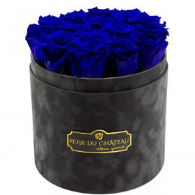 Tmavě modré věčné růže v šedém semišovém flowerboxu