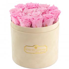 Světle růžové věčné růže v béžovém semišovém flowerboxu
