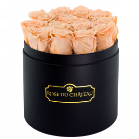 Čajové věčné růže v černém kulatém flowerboxu
