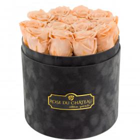 Čajové věčné růže v šedém semišovém flowerboxu