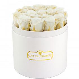 Bílé věčné růže v bílém kulatém flowerboxu